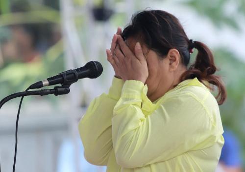 Bị cáo Oanh khóc khi nhớ lạihành vi giết chủ nợ. Ảnh: Nguyễn Đông.