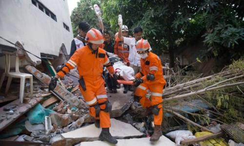 Lực lượng cứu hộ sơ tán nạn nhân sau động đất và sóng thần ở Palu. Ảnh: AFP.