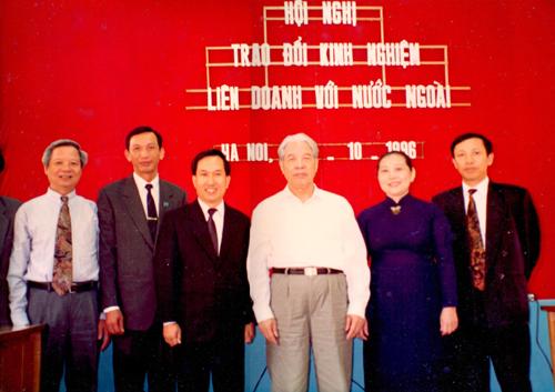 Tổng bí thư Đỗ Mười tại Hội nghị trao đổi kinh nghiệm liên doanh với nước ngoài năm 1996. Ảnh tư liệu.
