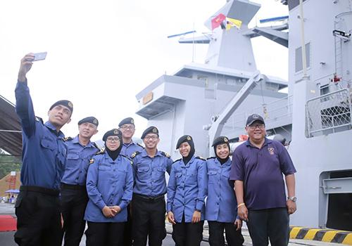Thuỷ thủ đoàn chụp ảnh lưu niệm khi cập cảng Tiên Sa. Ảnh: Nguyễn Đông.