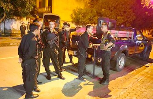 Cảnh sát vũ trang phong toả ngôi nhà từ sáng đến đêm, trong phạm vi chừng 300m. Ảnh: Nguyễn Hải