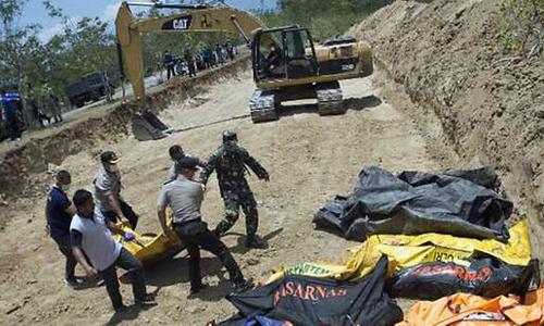 Indonesia đào hố chôn tập thể 1.300 nạn nhân động đất, sóng thần