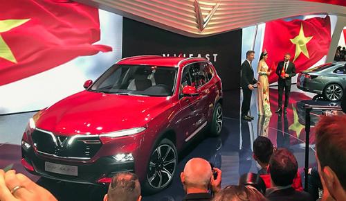 Mẫu SUV Lux SA2.0 tại gian hàng của VinFast ở triển lãm Paris hôm 3/10. Ảnh: Bouniol Guillaume/Twitter.