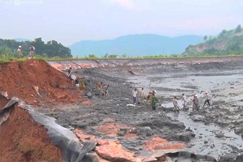 Hiện trường hồ chứa chất thải độc hại từ nhà máy phân đạm Lào Cai bị vỡ. Ảnh: Thanh Tuấn