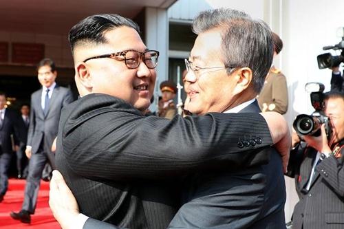 Tổng thống Hàn Moon Jae-in (phải) và lãnh đạo Triều Tiên Kim Jong-un tại Khu Phi quân sự liên Triều hồi tháng 5. Ảnh: AFP.