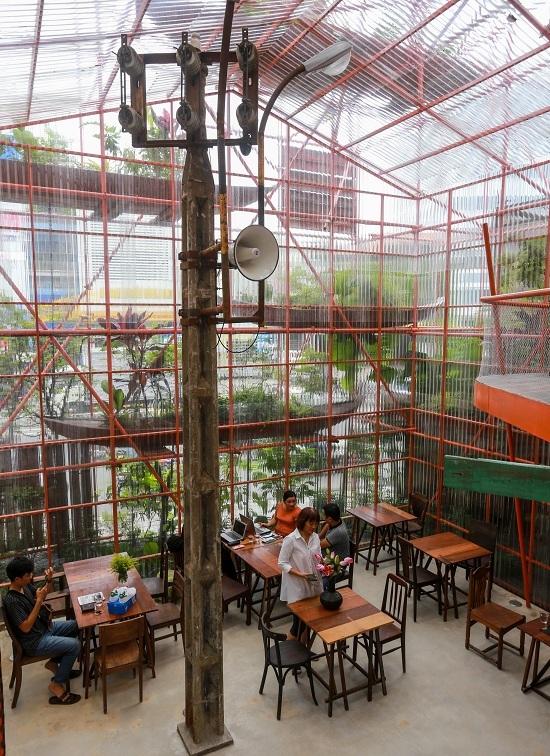 Quán cà phê làm từ trăm giàn giáo hết 2 tỷ đồng ở Sài Gòn