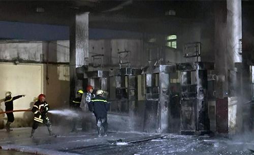 Cảnh sát dập lửa tại hiện trường. Ảnh: Sơn Hoà.