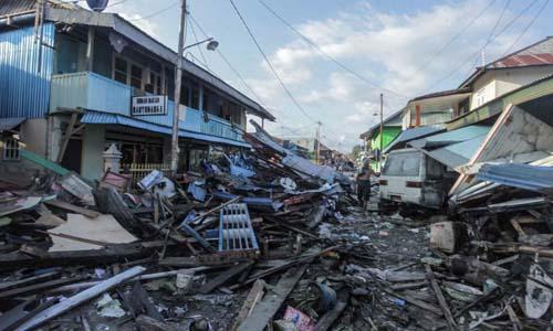 Đống đổ náttại thị trấn Donggala, tỉnh Sulawesi, Indonesia sau khi động đất và sóng thần tấn công hôm 28/9. Ảnh: Reuters.
