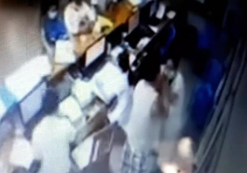 Camera bệnh viện ghi lại cảnh người nhà đánh vào mặt nữ điều dưỡng.
