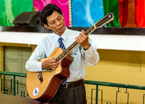 Thầy Lâm Triều Nghi đàn hát tặng mọi người. Ảnh: TĐN  Confessions.