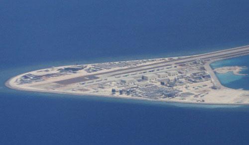 Đảo nhân tạo Trung Quốc bồi đắp phi pháp trên đá Subi thuộc quần đảo Trường Sa của Việt Nam. Ảnh: AP.
