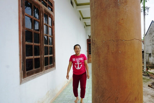 Cột một nhà hai tầng bị nứt gần đường cao tốc Đà Nẵng - Quảng Ngãi. Ảnh: Phạm Linh.