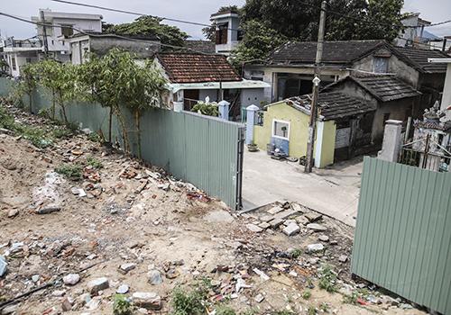 Người dân Nam Ô từng phản ứng dữ dội trước việc dự án resort chặn lối xuống biển. Ảnh: Nguyễn Đông.