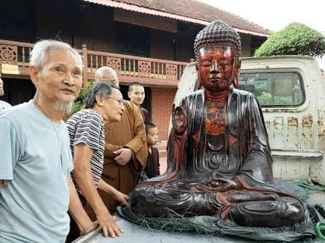 Người dân và phật tử xã Lạc Hồng vui mừng đón pho tượng cổ phật tam thế trở lại sau khi bị trộm đột nhập lấy đi. Ảnh: Giang Chinh