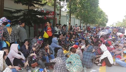 Hàng nghìn công nhân ở Khu công nghiệp Hoàng Long hôm nay nghỉ việc, tập trung quanh khuôn viên nhà máy đòi tăng lương. Ảnh: Lam Sơn.