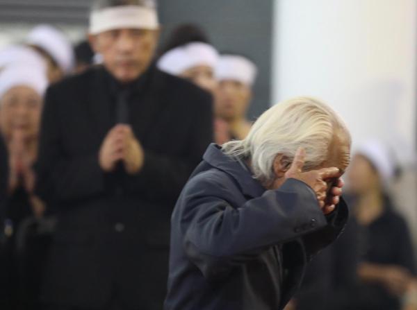 Ông Nguyễn Xuân Hùng xúc động khi viếng cố Tổng bí thư. Ảnh: Ngọc Thành