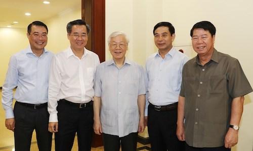 Tổng bí thư Nguyễn Phú Trọng (giữa) cùng các đại biểu dự Hội nghị Trung ương 8, khoá XII, sáng 3/10. Ảnh: TTX
