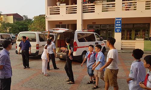 Nhiều xe cứu thương hỗ trợ đưa các bé đến bệnh viện. Ảnh: Lam Sơn.