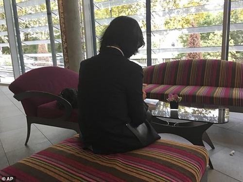 Vợ Mạnh Hoành Vĩ tại một khách sạn ở Lyon, Pháp hôm nay. Ảnh: AP.