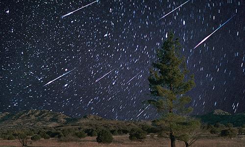 Mưa sao băng Draconid đạt cực điểm 10 vệt/giờ vào đêm mai. Ảnh: Reuters.
