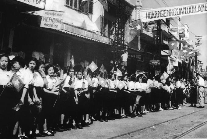 Người dân chào đón Trung đoàn Thủ đô 64 năm trước