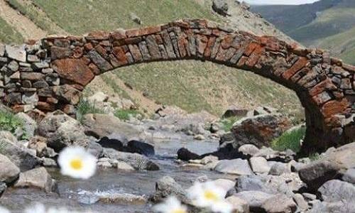 Cầu đá 300 năm bắc qua con suối ở Arslanca. Ảnh: Twitter.