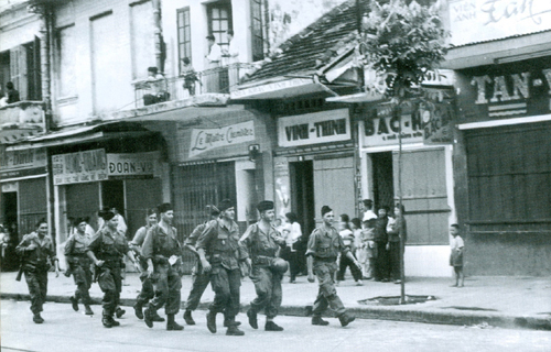 Những toán lính Pháp cuối cùng trên phố hàng Bông, Hà Nội tháng 10/1954. Ảnh tư liệu