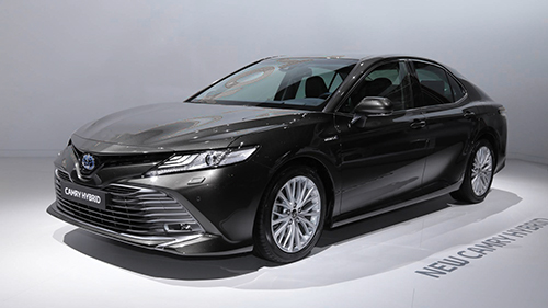 Toyota Camry hybrid ra mắt tại triển lãm Paris. Ảnh: Motor1.