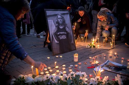 Người dân thắp nến tưởng niệmViktoria Marinova tại Sofia hôm 8/10. Ảnh: AFP