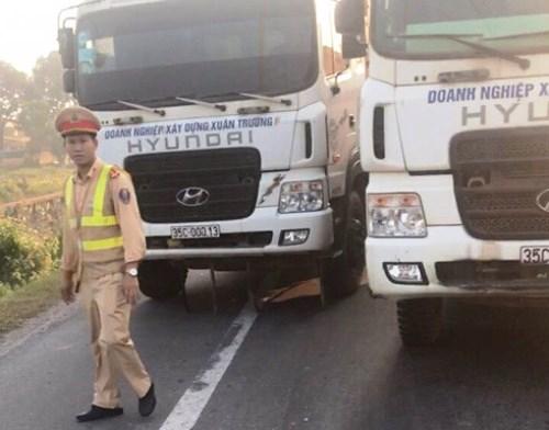 14 xe tải dàn hàng ra quốc lộ 10 gây ùn tắc cục bộ. Ảnh: T.C