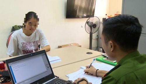 Nạn nhân đến công an trình báo sự việc. Ảnh: Nguyễn Khánh