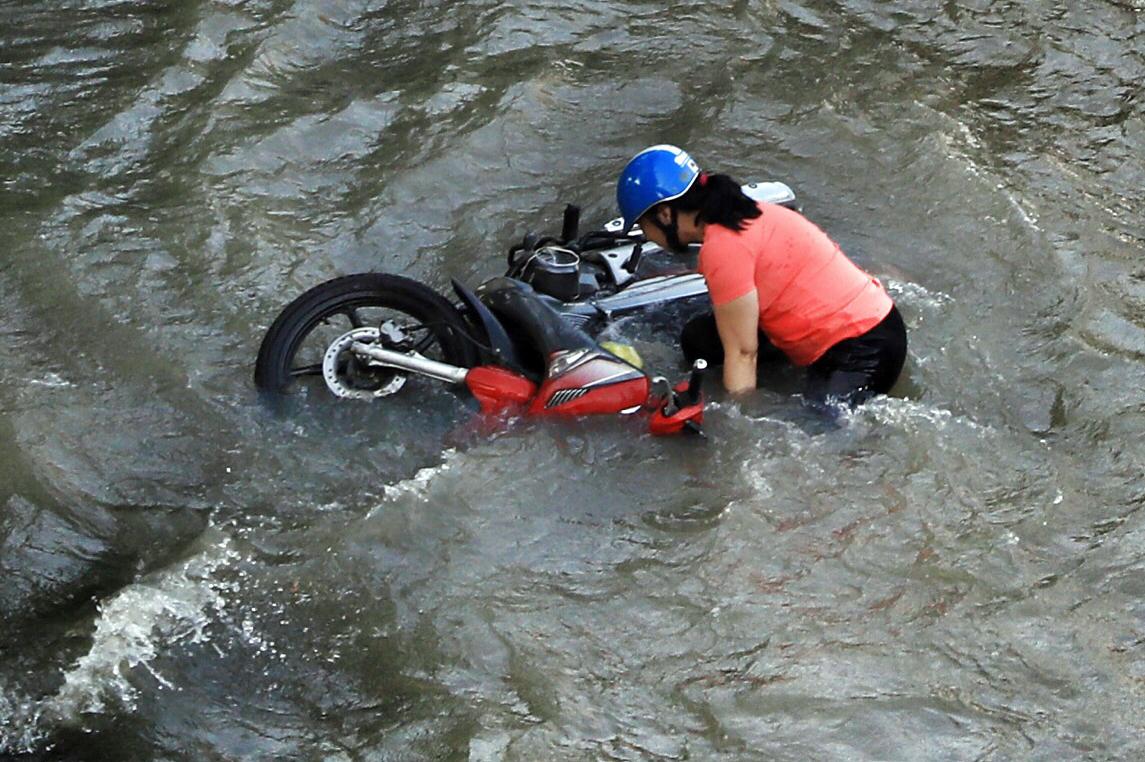 Đường Sài Gòn mênh mông nước ngày triều cường đạt đỉnh