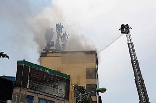 Xe thang phun lửa dập tắt đám cháy.