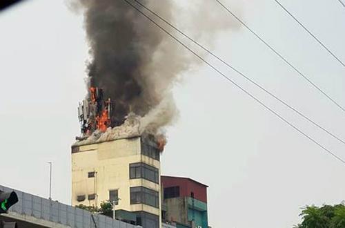 Ngọn lửa bốc lên từ tầng thượng quán karaoke.Ảnh: Lê Ngọc