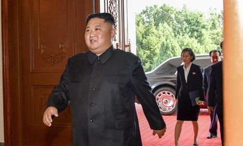 Lãnh đạo Triều Tiên Kim Jong-un bước xuống từ chiếc xe được cho là thuộc dòng xe Rolls-Royce khi gặp Ngoại trưởng Mỹ Mike Pompeo hồi cuối tuần. Ảnh: Twitter.
