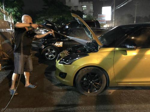 Anh Duy Đức tự làm sạch khoang động cơ chiếc Suzuki Swift của mình.
