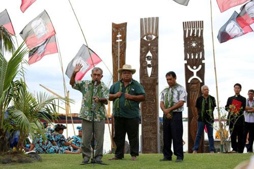 Cựu lãnh đạo PolynesiaOscar Temaru (ngoài cùng bên trái) phát biểu trong lễ tượng niệm nạn nhân của những vụ thử nghiệm hạt nhân năm 2014. Ảnh: AFP.