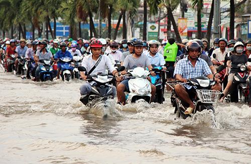 Triều cường gây ngập lụt tại trung tâm Cần Thơ ngày 10/10. Ảnh: Cửu Long.