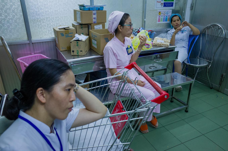 Trắng đêm ở viện chăm con ốm