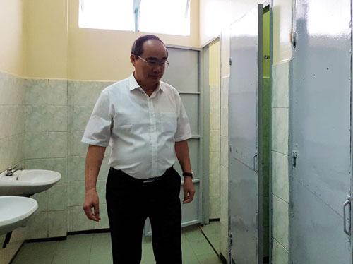 Bí thư Thành ủy TP HCM kiểm tra nhà vệ sinh tại trường THPT Lương Thế Vinh (quận 1, TP HCM) hồi đầu năm học 2018-2019. Ảnh: Lê Nam.