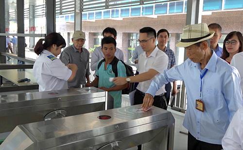 Nhiều hành khách bắt đầu trải nghiệm dịch vụ vé điện tử. Ảnh: Quang Sơn