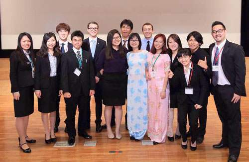 Thùy Dung (áo dài hồng) tại Hội nghị sinh viên quốc tế ISS ởđại học Nông nghiệp Tokyo (Nhật Bản) năm 2016. Ảnh: NVCC.