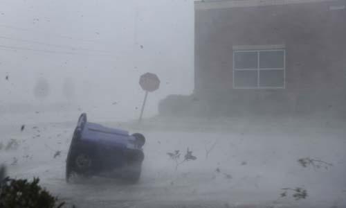 Gió mạnh thổi bay đồ vật trên đường khi bão Michael tấn công thành phố Panama City, bang Florida. Ảnh: AFP.
