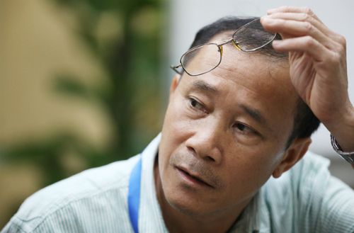 Ông Nguyễn Đăng Thiện suy nghĩ trước một câu hỏi của độc giả.