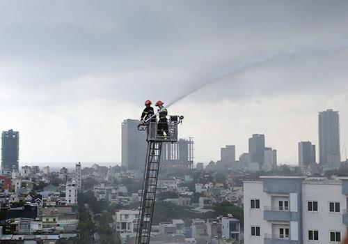 Lính cứu hoả tiếp cận đám cháy từ trên cao. Ảnh: X.V.