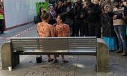 Hai cô gái khỏa thân ngồi bôi mứt lên người giữa phố ở Anh