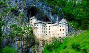 Lâu đài 800 năm tuổi trong miệng hang động ở Slovenia
