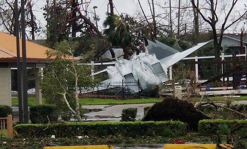 Chiếc F-15 bị gió thổi lật úp ở coognr chính căn cứ Tyndall. Ảnh: Twitter.