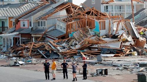 Nhân viên cứu hộ tại hiện trường những ngôi nhà bị phá hủy trong bão Michael ở thành phố Mexico Beach, bang Florida hôm 11/10. Ảnh: CNN.