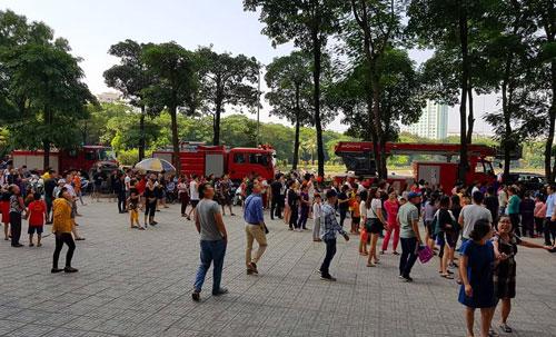 Căn hộ chung cư HH Linh Đàm bốc cháy, hàng trăm người náo loạn - 2